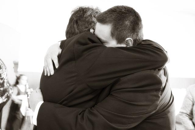 hugging-571076_640